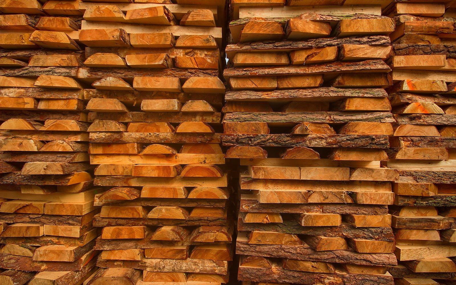 Drewno do produkcji palet przemysłowych jest zawsze odpowiednio dobierane i przygotowywane