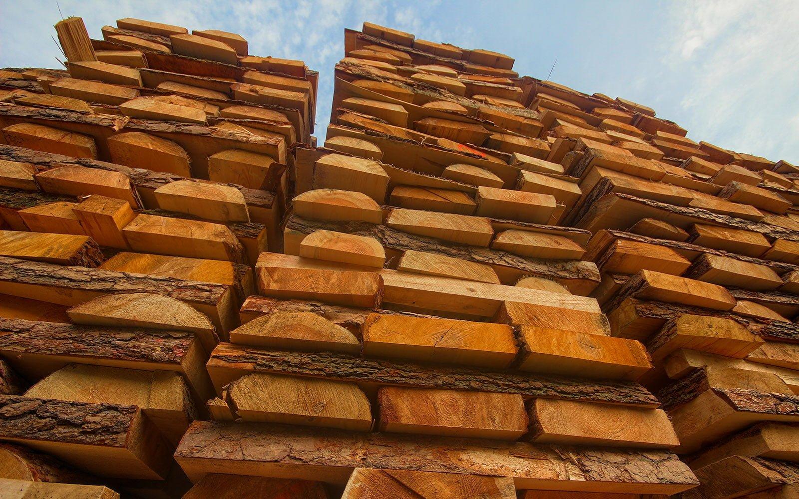 Nasze drewno posiada zawsze wymaganą wytrzymałość, co gwarantuje trwałość wykonanych z niego palet